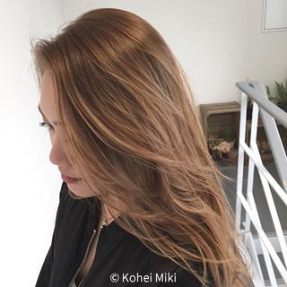 レイヤーカット ロング 大人かわいい 外国人風 ヘアスタイルや髪型の写真・画像