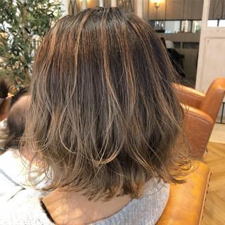 グレージュ アンニュイ ナチュラル ウェーブ ヘアスタイルや髪型の写真・画像