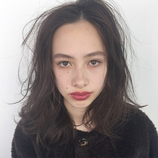 グレージュ セミロング 束感 ナチュラル ヘアスタイルや髪型の写真・画像