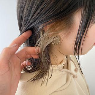 大人かわいい インナーカラー ミルクティーベージュ 切りっぱなしボブ ヘアスタイルや髪型の写真・画像