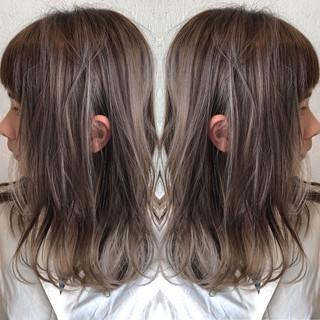 シルバーアッシュ バレイヤージュ ミディアム ハイライト ヘアスタイルや髪型の写真・画像
