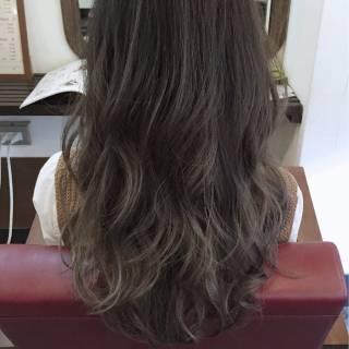 暗髪 グレージュ ロング ガーリー ヘアスタイルや髪型の写真・画像