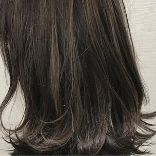 アッシュ ミディアム グレージュ ハイライト ヘアスタイルや髪型の写真・画像
