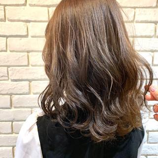 ミルクティーベージュ 波ウェーブ アッシュベージュ ナチュラル ヘアスタイルや髪型の写真・画像