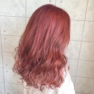 サーモンピンク セミロング ラベンダーピンク ピンクパープル ヘアスタイルや髪型の写真・画像