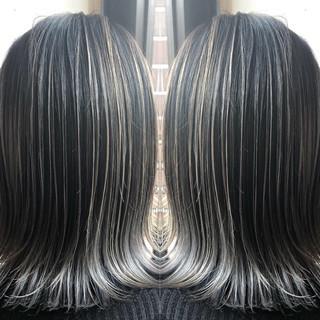 ナチュラル バレイヤージュ ミディアム シルバーアッシュ ヘアスタイルや髪型の写真・画像