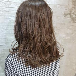 デート シナモンベージュ ナチュラル ミディアム ヘアスタイルや髪型の写真・画像
