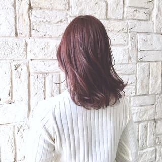 ミディアム 外ハネ ラベンダーピンク ハイライト ヘアスタイルや髪型の写真・画像