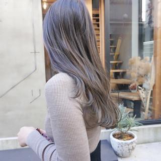 女性らしい雰囲気をさりげなくつくってくれる今大人気のヘアカラー!