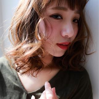 ショートバング ミディアム フェミニン アッシュ ヘアスタイルや髪型の写真・画像