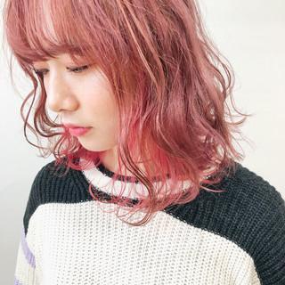 ミニボブ ピンクカラー インナーカラー 切りっぱなしボブ ヘアスタイルや髪型の写真・画像