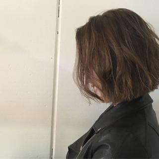 ボブ 外ハネ グレージュ モード ヘアスタイルや髪型の写真・画像