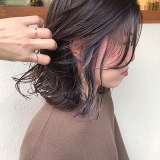 インナーカラー インナーカラーレッド ブルーアッシュ ナチュラル ヘアスタイルや髪型の写真・画像