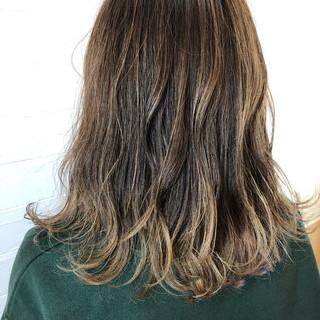 セミロング オフィス アンニュイほつれヘア ナチュラル ヘアスタイルや髪型の写真・画像
