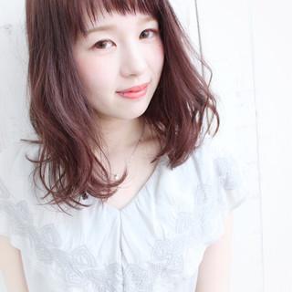 ピンク 斜め前髪 ミディアム フェミニン ヘアスタイルや髪型の写真・画像