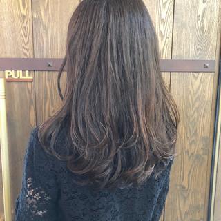 アッシュグレー ナチュラル セミロング ハイライト ヘアスタイルや髪型の写真・画像