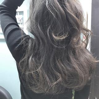 波ウェーブ ハイライト セミロング グレー ヘアスタイルや髪型の写真・画像 ヘアスタイルや髪型の写真・画像