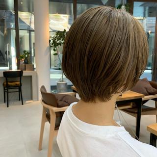 ショートヘア ナチュラル グレージュ シアーベージュ ヘアスタイルや髪型の写真・画像