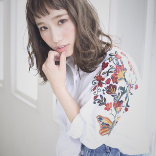 フリンジバング ミルクティー 前髪あり パーマ ヘアスタイルや髪型の写真・画像