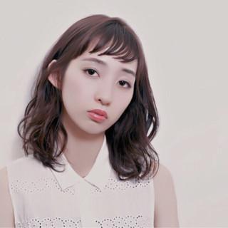ショートバング オン眉 パーマ ナチュラル ヘアスタイルや髪型の写真・画像