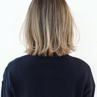 ハイライト 外ハネ グレージュ グラデーションカラー ヘアスタイルや髪型の写真・画像