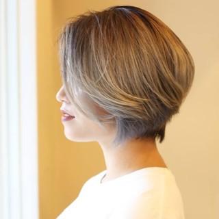 ショート ダブルカラー プラチナブロンド バレイヤージュ ヘアスタイルや髪型の写真・画像
