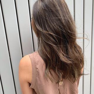 グレージュ デート スポーツ ロング ヘアスタイルや髪型の写真・画像