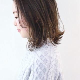 ミディアム フェミニン アンニュイほつれヘア パーマ ヘアスタイルや髪型の写真・画像