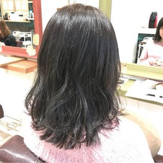 デート グレー 外ハネ フェミニン ヘアスタイルや髪型の写真・画像