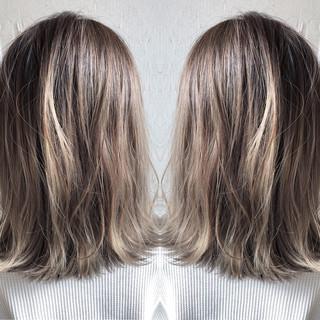バレイヤージュ ナチュラル ハイライト シルバー ヘアスタイルや髪型の写真・画像
