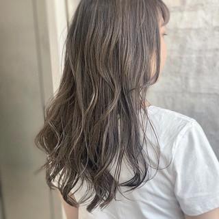 ミルクティーグレージュ ロング ナチュラル アッシュグレー ヘアスタイルや髪型の写真・画像