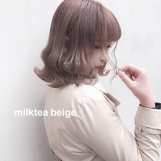 ミルクティーベージュ ガーリー オリーブベージュ ハイトーンカラー ヘアスタイルや髪型の写真・画像