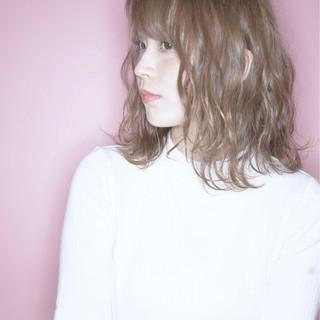 ミルクティー 色気 ナチュラル ニュアンス ヘアスタイルや髪型の写真・画像