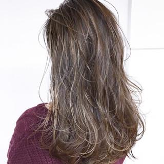 コントラストハイライト バレイヤージュ アッシュグレージュ ミディアムレイヤー ヘアスタイルや髪型の写真・画像