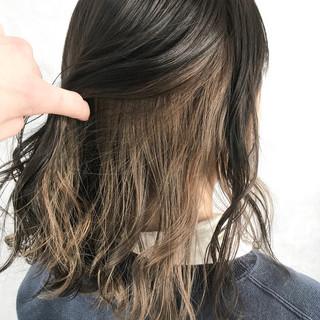 ミルクティーベージュ セミロング ダブルカラー ハイトーン ヘアスタイルや髪型の写真・画像