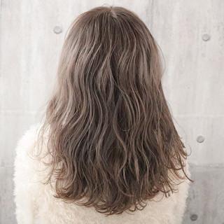 アンニュイほつれヘア ロング ミルクティーグレージュ ナチュラル ヘアスタイルや髪型の写真・画像 ヘアスタイルや髪型の写真・画像