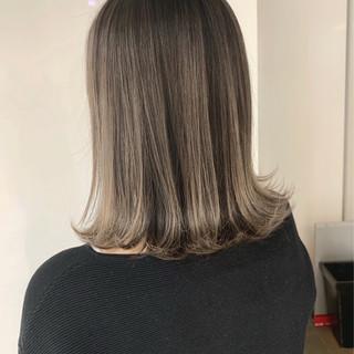 ホワイトベージュ ミディアム エレガント グラデーションカラー ヘアスタイルや髪型の写真・画像