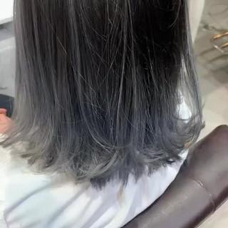 ナチュラル ミディアム ホワイトシルバー バレイヤージュ ヘアスタイルや髪型の写真・画像
