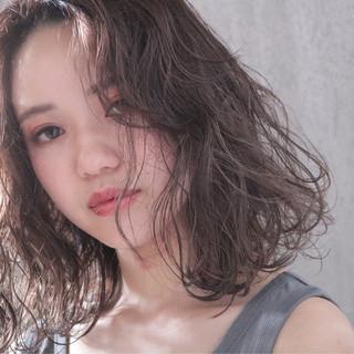 ミディアム 大人かわいい アッシュベージュ パーマ ヘアスタイルや髪型の写真・画像
