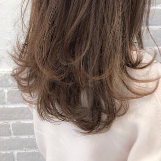 アッシュベージュ ブリーチ無し ナチュラル セミロング ヘアスタイルや髪型の写真・画像
