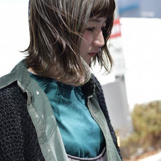 オリーブグレージュ オリーブカラー ミディアム ナチュラル ヘアスタイルや髪型の写真・画像