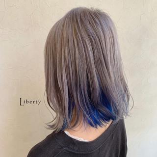 ミディアム アッシュグレー 派手髪 ホワイトグレージュ ヘアスタイルや髪型の写真・画像