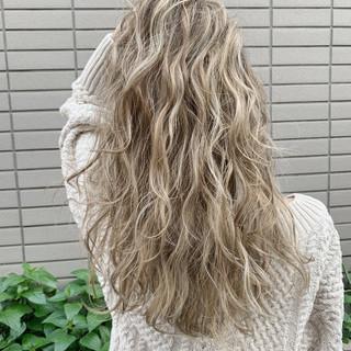 ベージュ グレー ロング エレガント ヘアスタイルや髪型の写真・画像