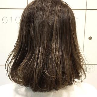 アッシュグレー ナチュラル ボブ ハイライト ヘアスタイルや髪型の写真・画像