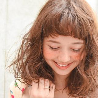 セミロング フェミニン 前髪あり ストリート ヘアスタイルや髪型の写真・画像