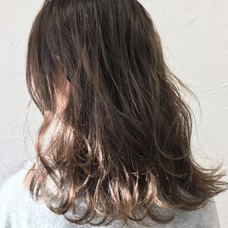 ミルクティー グラデーションカラー ニュアンス ナチュラル ヘアスタイルや髪型の写真・画像