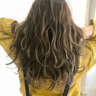 グレージュ グラデーションカラー 外国人風カラー フェミニン ヘアスタイルや髪型の写真・画像