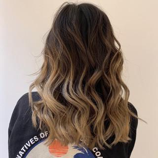 アウトドア バレイヤージュ ハイライト ロング ヘアスタイルや髪型の写真・画像