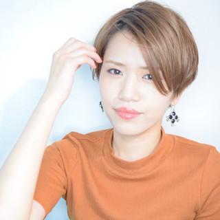 ハンサムショート フェミニン 小顔ヘア アッシュベージュ ヘアスタイルや髪型の写真・画像