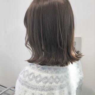 フェミニン ロブ 切りっぱなしボブ グレージュ ヘアスタイルや髪型の写真・画像